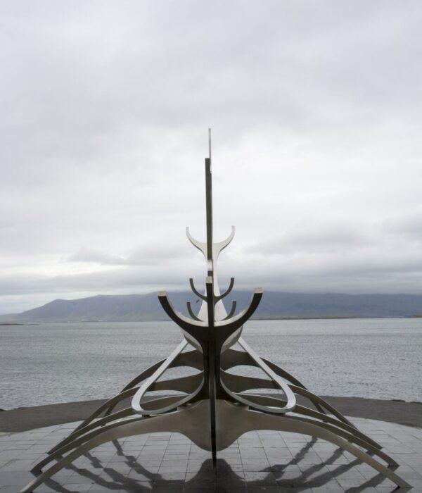 фото _ памятник викингам в авто-туре по Исландии с planB.ua